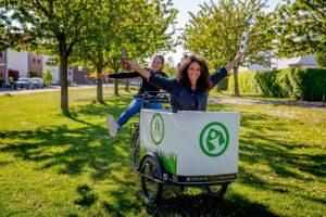 Programmamaker en presentatrice Gwen Jansen met collega presentator Ruby Bijlstra - Green Make Over bakfiets